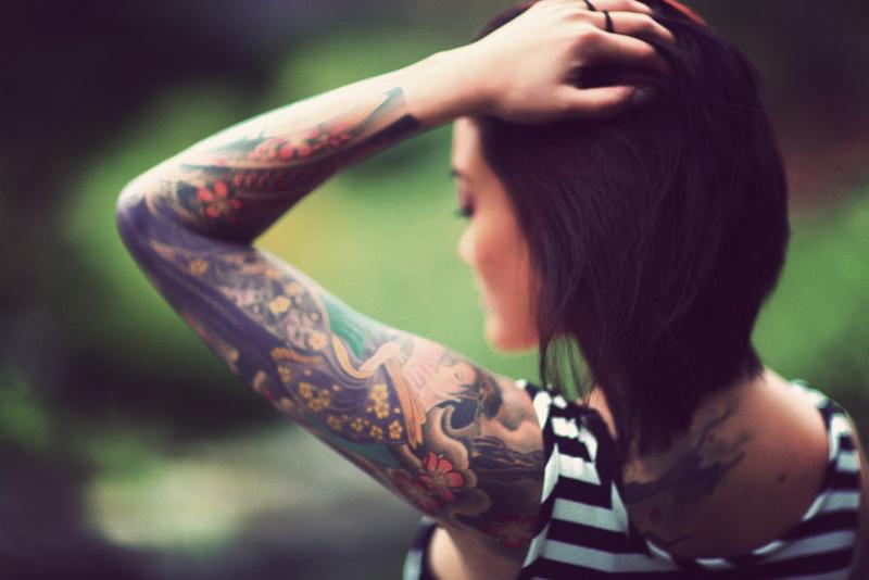 Фото цветных тату на руке для девушек